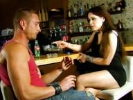 Vidéo porno mobile : Sur le bar avec une bouteille dans le cul pour payer l'ardoise !